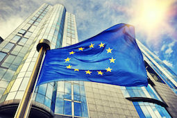 Diritto d'autore: paulgrecaud / 123RF Archivio Fotografico 47674413 - eu flag waving in front of european parliament building. brussels, belgium